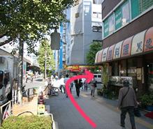 角の中華料理店を右に曲がります。(ココイチのところで曲がらないで!)