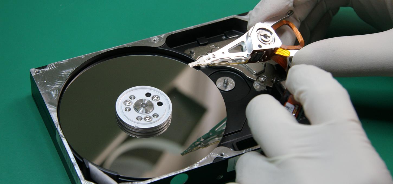 ハードディスクを開封しヘッドをアセンブリを外した状態を映した写真